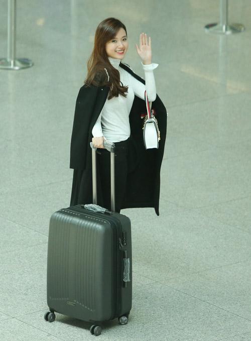 Midu kín đáo đọ dáng DJ Trang Moon sexy tại sân bay - 3