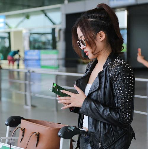 Midu kín đáo đọ dáng DJ Trang Moon sexy tại sân bay - 6
