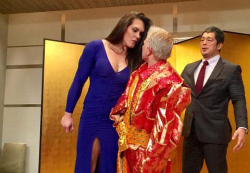 """Võ thuật MMA: Đả nữ """"khổng lồ"""" đấu """"bà già"""" hom hem 52 tuổi - 1"""