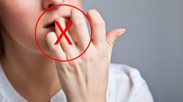 Bé gái 7 tuổi phải nhập viện vì thói quen cắn xước măng-rô ngón tay - 3
