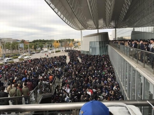 """Hàng nghìn đàn ông xếp hàng 4km để ngắm """"nữ thần"""" Nhật - 2"""
