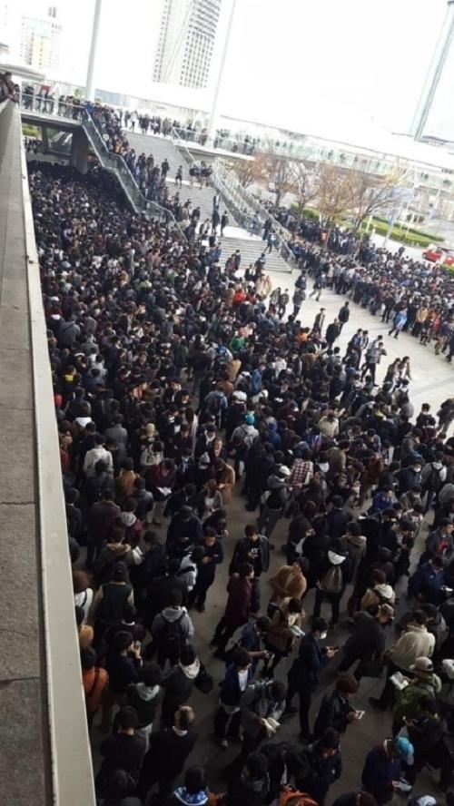 """Hàng nghìn đàn ông xếp hàng 4km để ngắm """"nữ thần"""" Nhật - 4"""