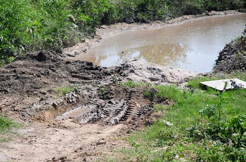 Phát hiện bãi thải ven sông Hồng ngập trắng bao cao su - 7