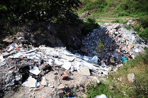 Phát hiện bãi thải ven sông Hồng ngập trắng bao cao su - 11