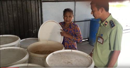 Phát hiện cơ sở sản xuất bánh kẹo từ nguyên liệu hết hạn - 2