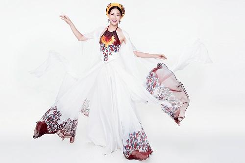 Diệu Ngọc diện áo yếm gợi cảm, bay bổng thi Miss World - 1