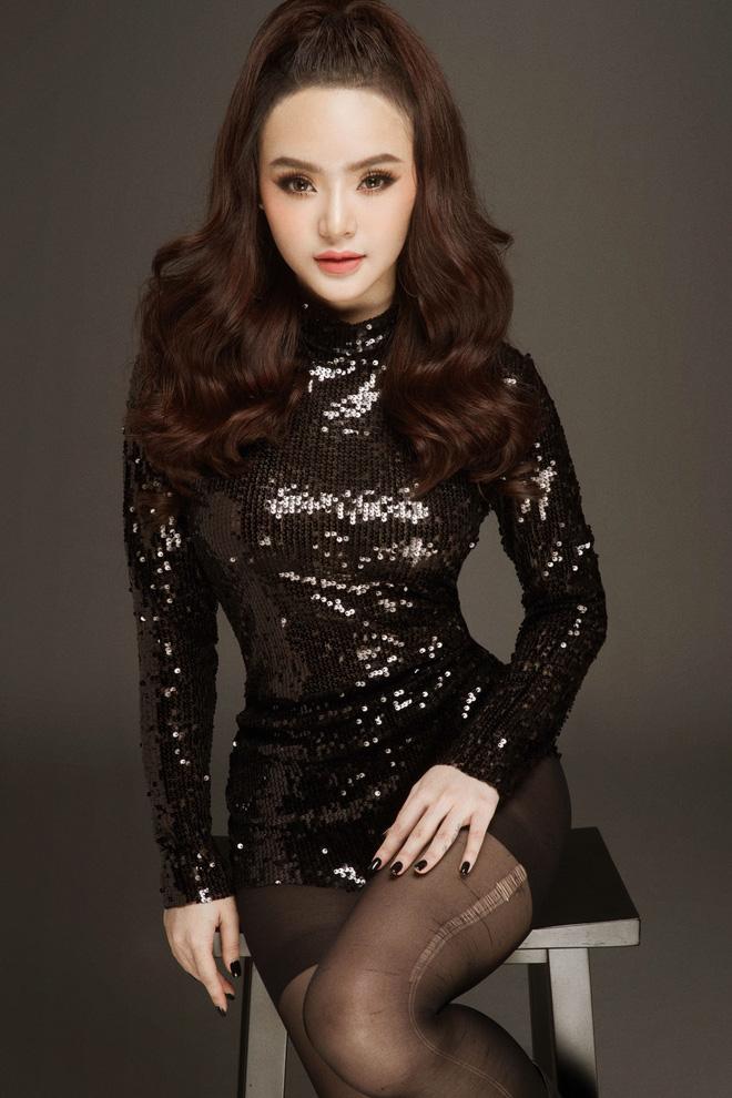 Đường cong tuổi 19 của em gái Angela Phương Trinh - 1