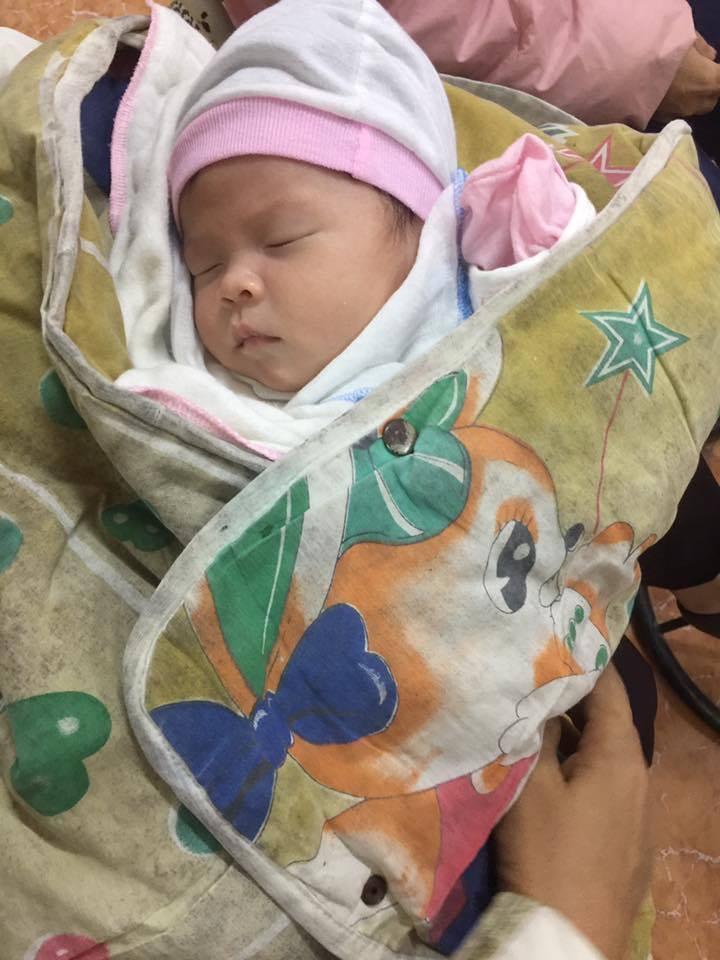 Bé sơ sinh nặng 4,2 kg bị bỏ rơi gần cổng chùa - 1