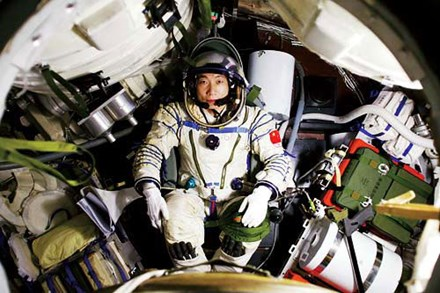 """""""Tiếng gõ cửa"""" tàu vũ trụ khiến phi hành gia TQ khiếp vía - 1"""