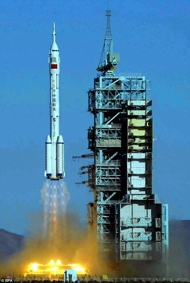 """""""Tiếng gõ cửa"""" tàu vũ trụ khiến phi hành gia TQ khiếp vía - 3"""