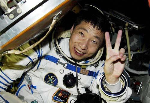 """""""Tiếng gõ cửa"""" tàu vũ trụ khiến phi hành gia TQ khiếp vía - 2"""