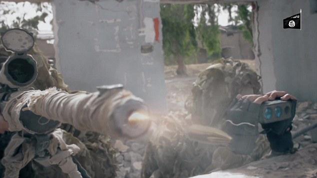 IS tung video bắn tỉa diệt mục tiêu cách 1.000 m ở Iraq - 1