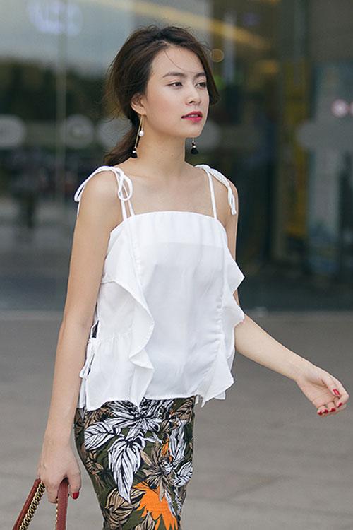 """4 kiều nữ Việt """"nghiện"""" mặc áo hai dây sexy ra phố - 1"""
