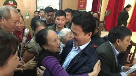 Vụ tiểu thương bãi thị ở Hà Tĩnh: Chủ tịch tỉnh đối thoại với dân - 1