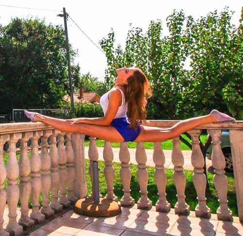 Nữ phi công đẹp tuyệt trần với tư thế Yoga gây sốt - 12