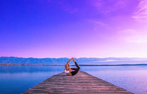 Nữ phi công đẹp tuyệt trần với tư thế Yoga gây sốt - 5