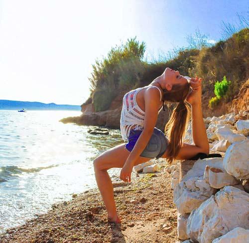 Nữ phi công đẹp tuyệt trần với tư thế Yoga gây sốt - 10