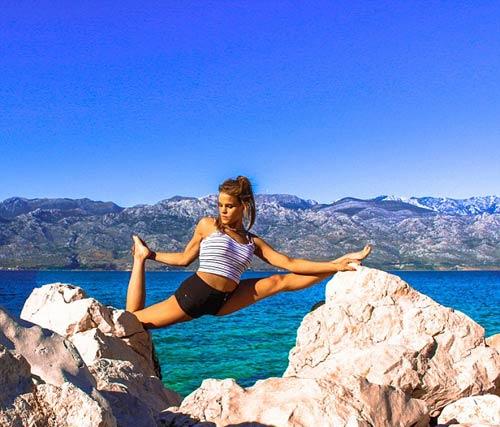 Nữ phi công đẹp tuyệt trần với tư thế Yoga gây sốt - 9