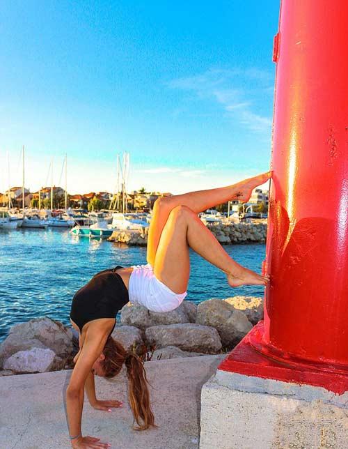 Nữ phi công đẹp tuyệt trần với tư thế Yoga gây sốt - 7