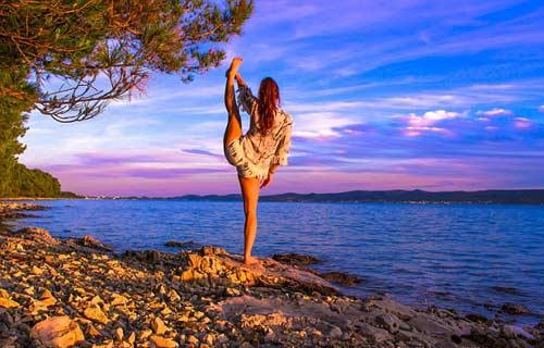 Nữ phi công đẹp tuyệt trần với tư thế Yoga gây sốt - 6
