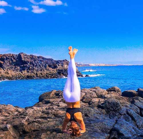 Nữ phi công đẹp tuyệt trần với tư thế Yoga gây sốt - 2