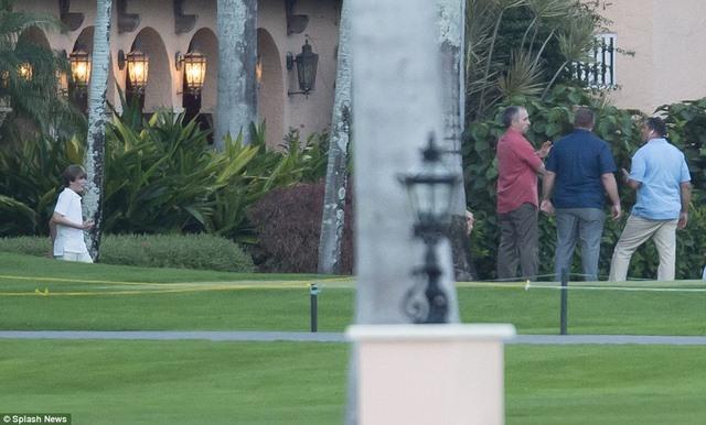 Vệ sĩ cầm súng máy hạng nặng kè kè bên con trai Trump - 2