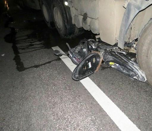 Xe máy kẹp 3 chui vào gầm ô tô, 3 người tử vong - 1