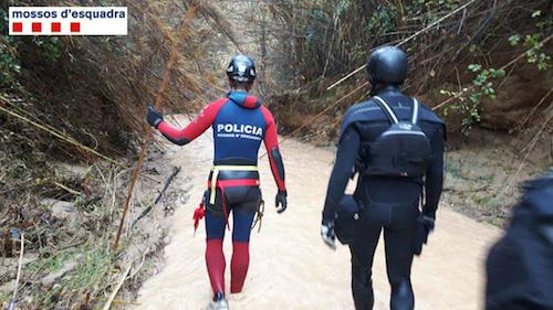 Sang sông theo định vị GPS, một cô gái bị lũ cuốn trôi - 1