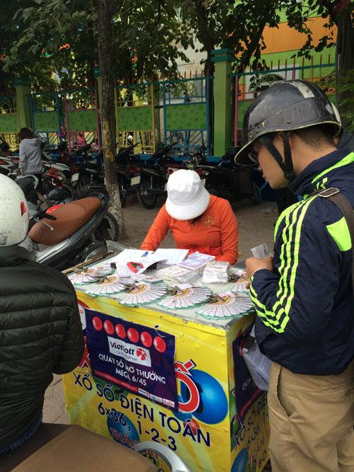 """Xổ số điện toán bán """"chui"""" ở Hà Nội: Mua 10 vé mới bán - 1"""