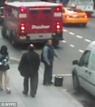 Mỹ: Trộm thùng vàng lá 35 tỉ từ xe bọc thép giữa ban ngày - 2