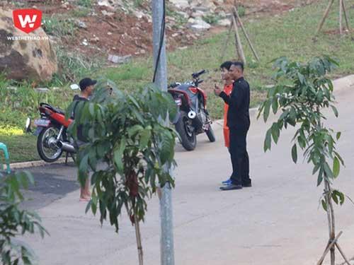 CĐV Indonesia chặn đường... giao lưu với Công Phượng - 1