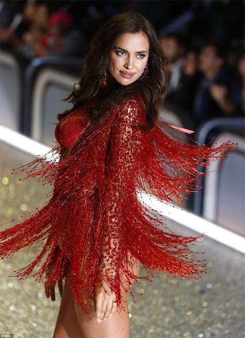 Irina Shayk mang bầu vẫn siêu gợi cảm diễn nội y? - 5