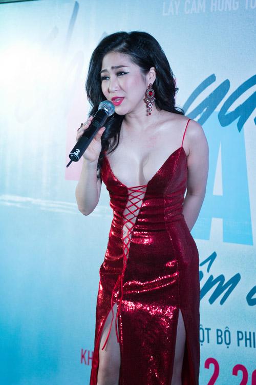 Bối rối ngắm Hương Tràm diện váy xẻ sâu hun hút trên sân khấu - 3