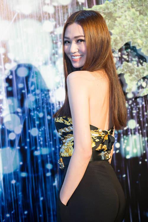 Bối rối ngắm Hương Tràm diện váy xẻ sâu hun hút trên sân khấu - 5