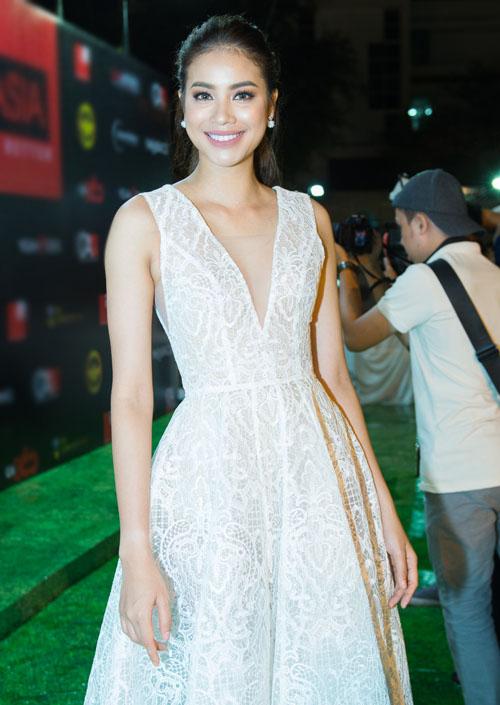 Bối rối ngắm Hương Tràm diện váy xẻ sâu hun hút trên sân khấu - 6