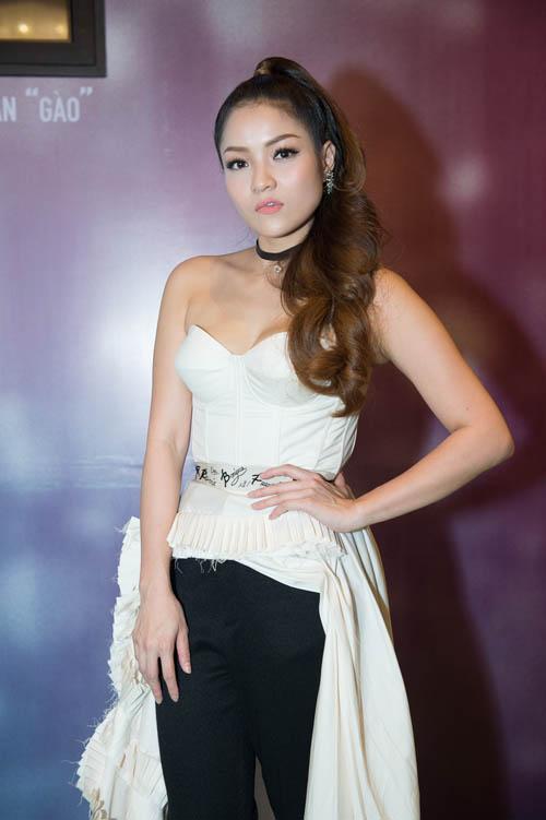Bối rối ngắm Hương Tràm diện váy xẻ sâu hun hút trên sân khấu - 7