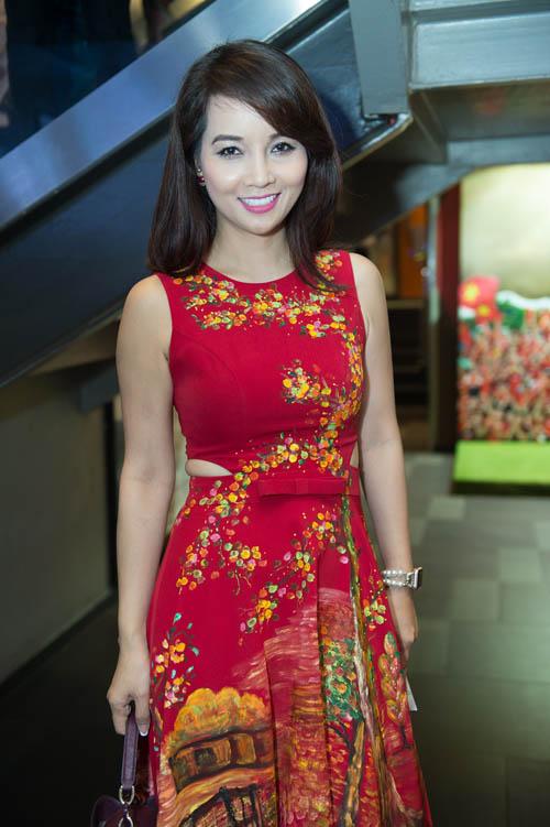 Bối rối ngắm Hương Tràm diện váy xẻ sâu hun hút trên sân khấu - 10