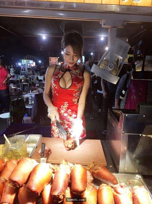 Hot girl bán thịt xiên nướng TQ khiến quán ăn đông khách gấp bội - 5