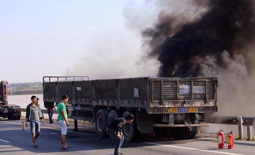 Xe tải cháy ngùn ngụt trên cao tốc Hà Nội-Thái Nguyên - 2