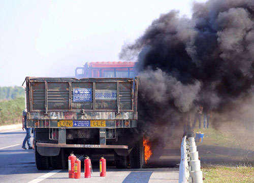 Xe tải cháy ngùn ngụt trên cao tốc Hà Nội-Thái Nguyên - 1