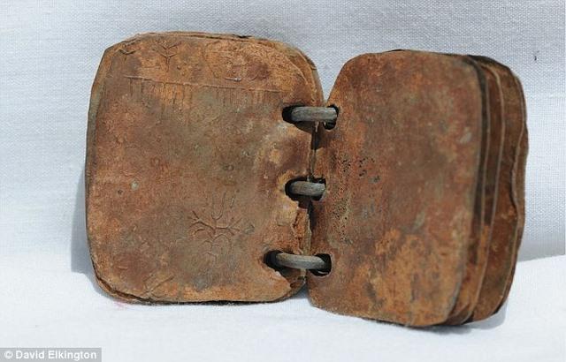 Tìm thấy sách bằng chì 2.000 tuổi viết về Chúa Jesus - 1