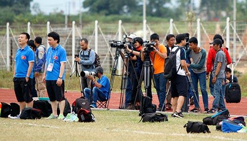 ĐTVN: Hữu Thắng làm 100 phóng viên ở Indonesia bất ngờ - 2
