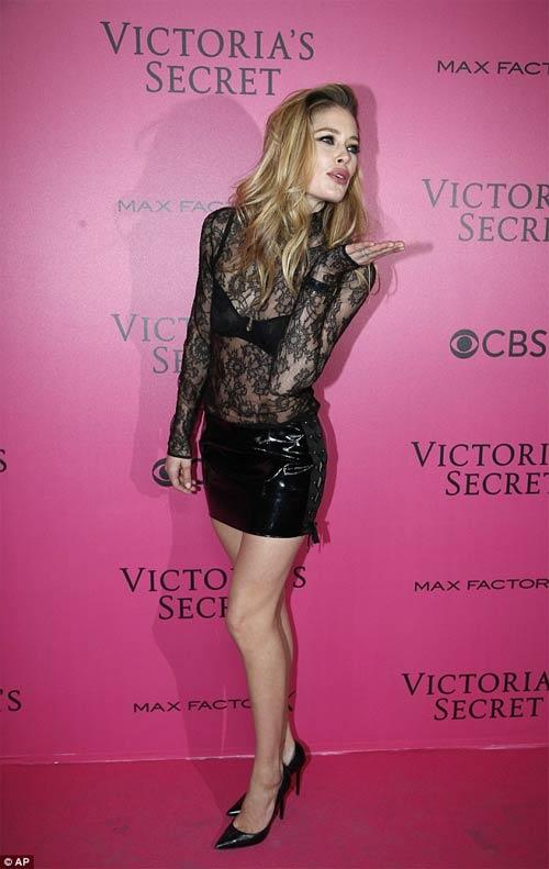 Hot girl Hollywood khoe body táo bạo với đầm xuyên thấu - 6