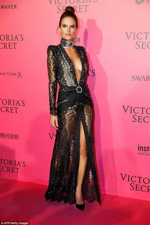 Hot girl Hollywood khoe body táo bạo với đầm xuyên thấu - 7