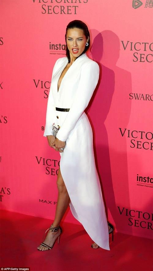 Hot girl Hollywood khoe body táo bạo với đầm xuyên thấu - 8