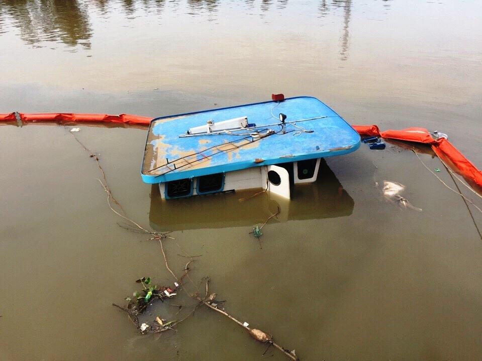 Đồng Nai: Sà lan cùng số hàng gần 400 tấn chìm dưới sông - 1