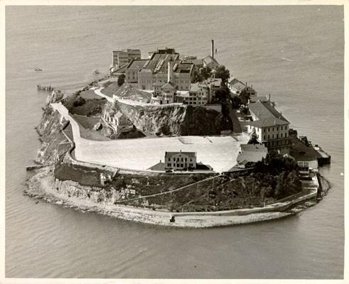 Ba tù nhân vượt ngục giữa đảo hoang bằng… thìa - 1