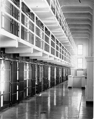 Ba tù nhân vượt ngục giữa đảo hoang bằng… thìa - 3