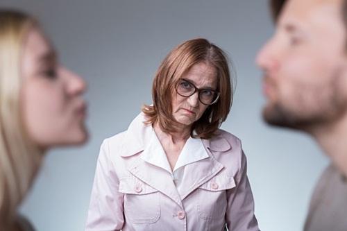 """Đau đớn khi mẹ bắt tôi ly hôn vì lý do """"trời đánh"""" - 1"""