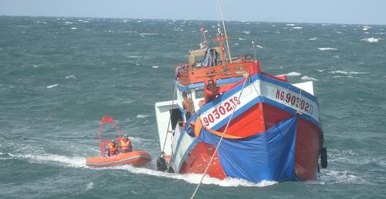 Cảnh sát biển cứu 10 thuyền viên ở vùng biển Phú Quốc - 1